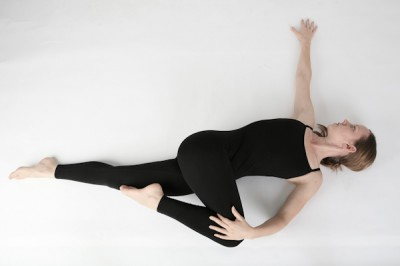 http://cdn.naturalsociety.com/wp-content/uploads/yoga_Spinal_Twist2-400x266.jpg